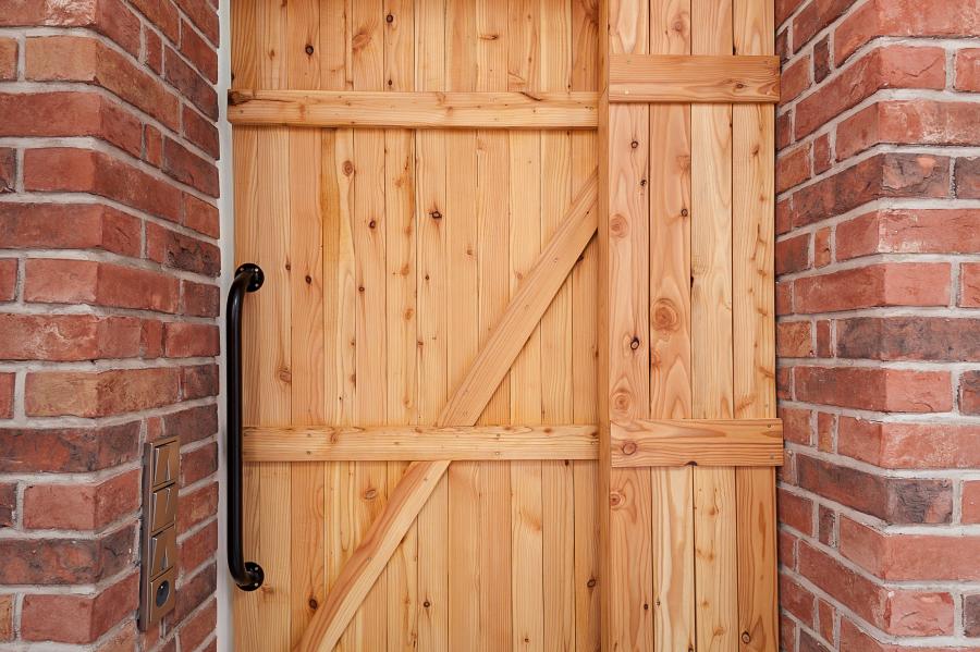 masivní dřevěné dveře