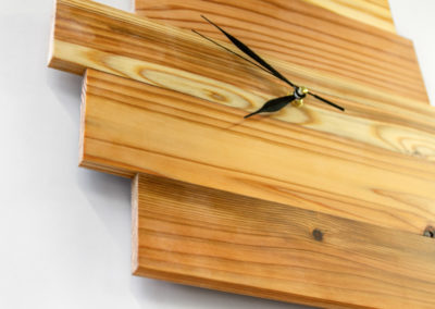 Minimalisticeké hodiny SUGI TOKEI, detail struktury cedrového dřeva