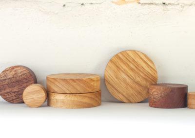 Kulaté magnetky v řadě z různých druhů exotických palet