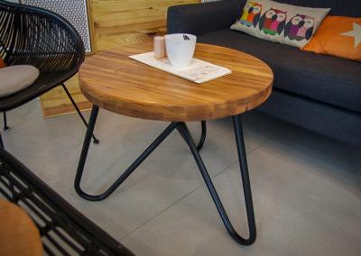 šedesáti centimetrový kulatý stolek JUA, z blízka, v kavárně