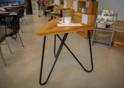 Trojúhelníkový stolek KASHIKOI v kavárenském prostředí
