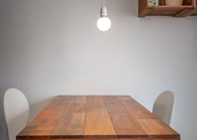 jídelní stlů, mahagon, dvě svítící bílé žárovky, rodinné prostředí