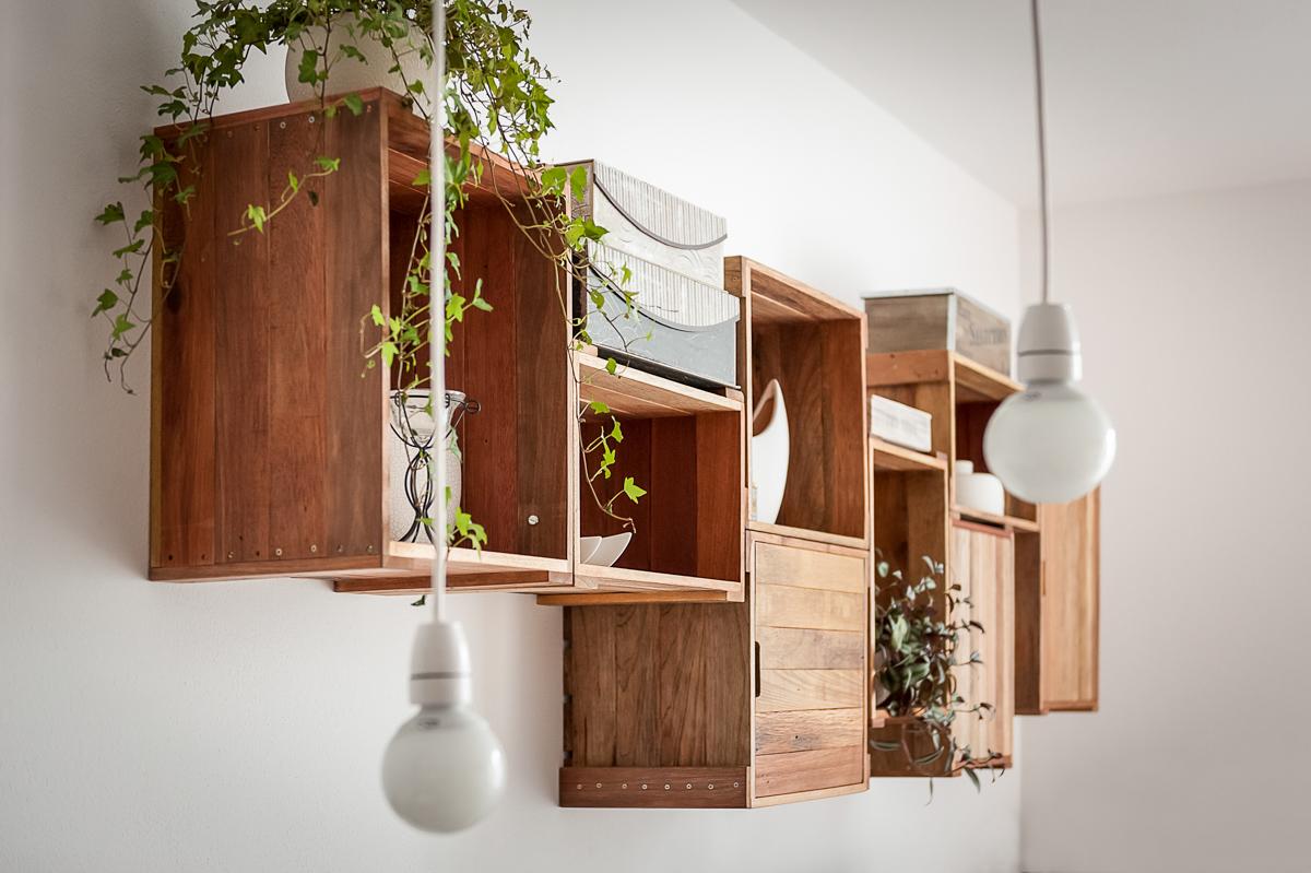 svítidlo, mahagon, květiny, bedničky visící na stěně, obývací pokoj, detail