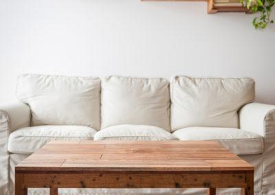 obývací pokoj, domácká atmosféra, konferenční stolek, bedničky na zdi, mahagon