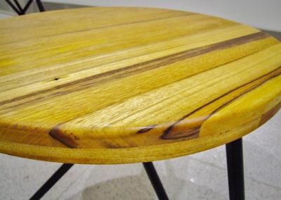 detail Stolku JUA, deska je z exotických dřevin.