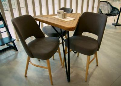 Kavárenský stolek KASHIKOI je obkopen třemi židlemi