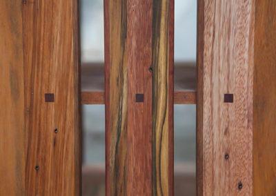 Paletky | recyklovaný nábytek z palet | Knihovna Detail Kolicky 3 Paletky Exoticke Dreviny 2 | nábytek na míru