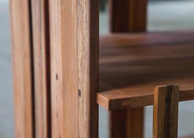 Paletky | recyklovaný nábytek z palet | Knihovna Detail Kolicky Paletky Exoticke Dreviny 2 | nábytek na míru