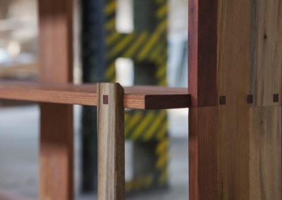 Paletky | recyklovaný nábytek z palet | Knihovna Detail Kolicky2 Paletky Exoticke Dreviny 2 | nábytek na míru