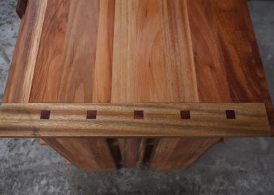 Paletky | recyklovaný nábytek z palet | Knihovna Detail Stolu Kolicky Paletky Exoticke Dreviny 2 | nábytek na míru