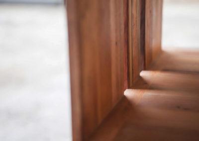 Paletky | recyklovaný nábytek z palet | Knihovna Detail Svetlo Paletky Exoticke Dreviny 2 | nábytek na míru