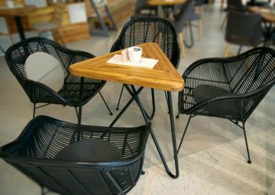 Mezi čtyřmi židlemi stojí trojúhelníkový KASHIKOI, Kavárenský stolek z exotického dřeva